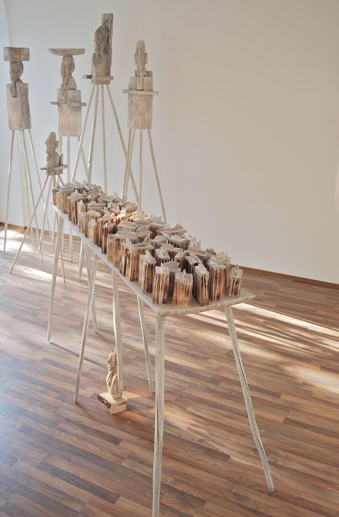 REISETISCH mit 4 HOCHSITZER in der Galerie Draheim Wiesbaden, 2009